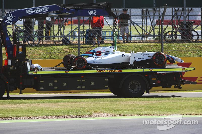 La Williams FW36 di Felipe Massa, Williams viene portata di nuovo ai box sul retro di un camion dopo che si è schiantata durante l' FP1