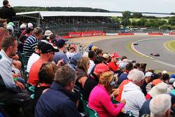 Jean-Eric Vergne, Scuderia Toro Rosso STR9 davanti al compagno di squadra Daniil Kvyat, Scuderia Toro Rosso STR9
