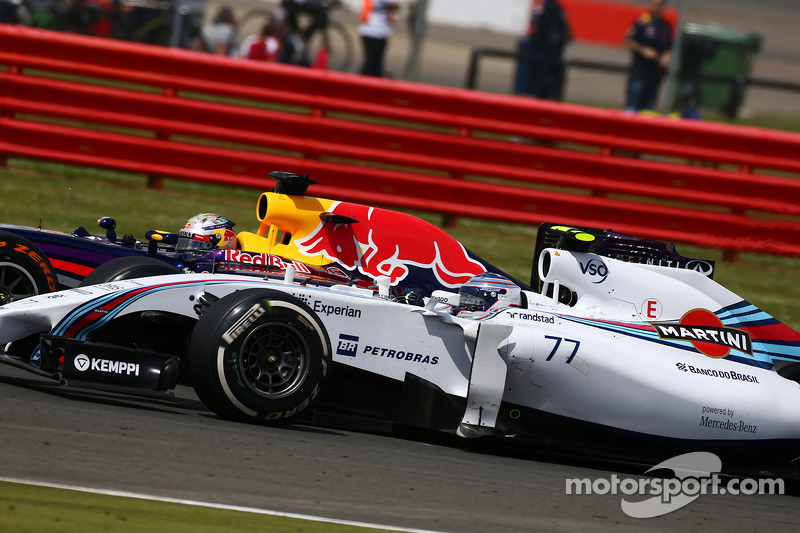 Valtteri Bottas, Williams FW36 e Sebastian Vettel, Red Bull Racing RB10 lottano per la posizione