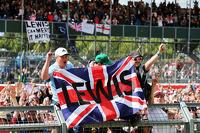 梅赛德斯AMG F1车队车手刘易斯·汉密尔顿在赛后涌入赛道