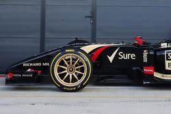 路特斯F1赛车E22装配新的18英尺倍耐力轮胎和轮辋