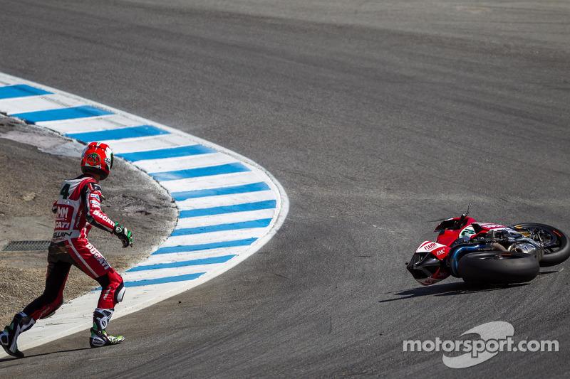 Davide Giugliano motorunu kaldırmaya çalışıyor