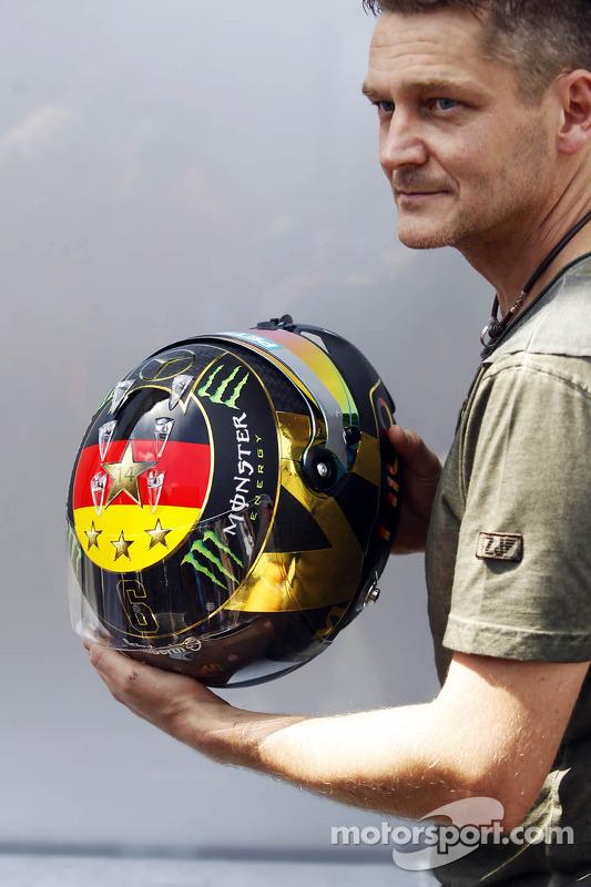 O capacete de Nico Rosberg, Mercedes AMG F1 celebrando o título da Alemanha na Copa do Mundo FIFA 2014