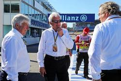 (Da sinistra a destra): Herbie Blash, Delegato FIA con Charlie Whiting, Delegato FIA