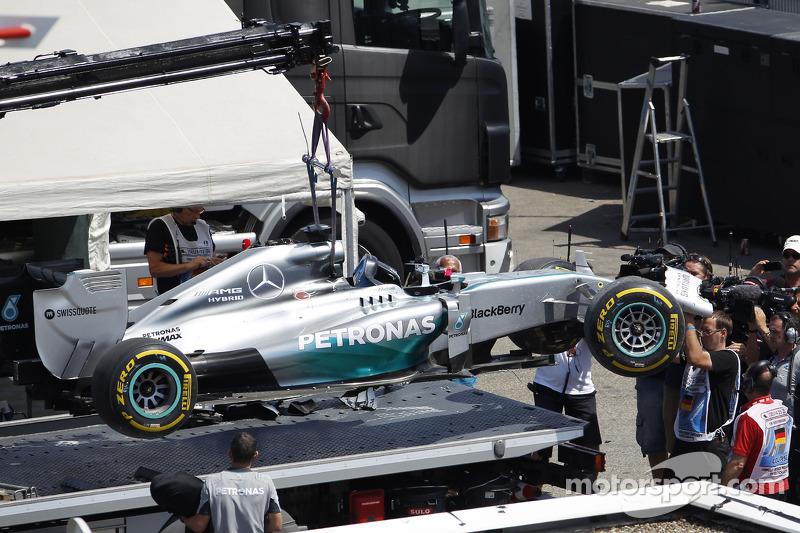 La Mercedes AMG F1 W05 di Lewis Hamilton, Mercedes AMG F1 viene portata di nuovo ai box sul retro di un camion dopo essere uscita dalle qualifiche