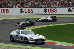 Nico Rosberg, Mercedes AMG F1 W05 conduce detrás del coche de seguridad FIA