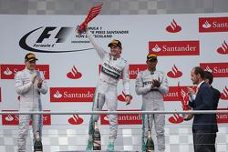 Pódio: vencedor da corrida Nico Rosberg, o segundo lugar Valtteri Bottas, terceiro lugar Lewis Hamilton