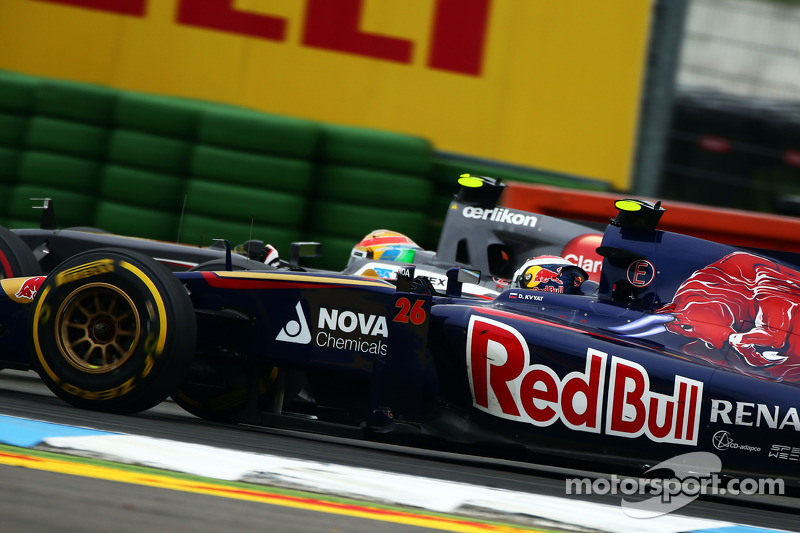 Daniil Kvyat, Scuderia Toro Rosso STR9 and Esteban Gutierrez, Sauber C33 battle for position