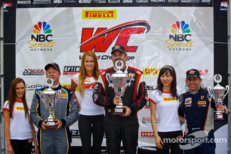 GT-A Sınıfı Kazanan Podyumu: Yarış galibi Michael Mills, ikinci sıra Dan Knox, üçüncü sıra Henrik Hedman