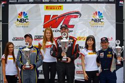 GT-A组领奖台:比赛获胜者迈克尔·米尔斯,第二名丹·诺克斯,第三名亨里克·海德曼