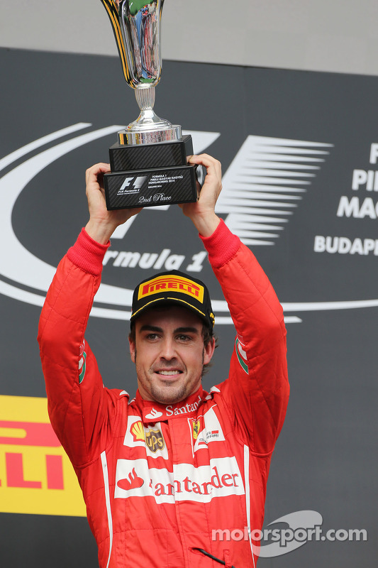 Fernando Alonso, Ferrari podyumda ikinci sıra için kutlama yapıyor