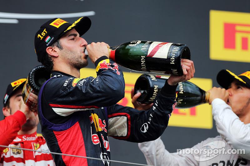Daniel Ricciardo, Red Bull Racing podyumda şampanya ile kutlama yapıyor