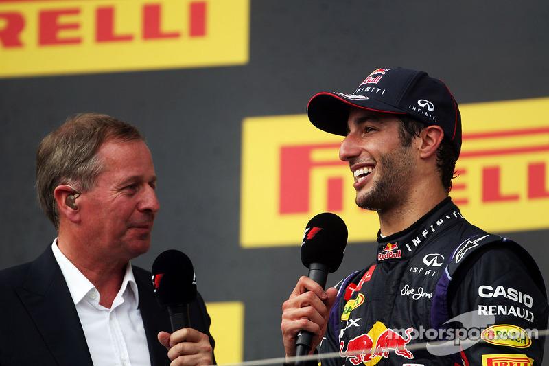 Daniel Ricciardo, Red Bull Racing podyumda ve Martin Brundle, Sky Sports Yorumcusu