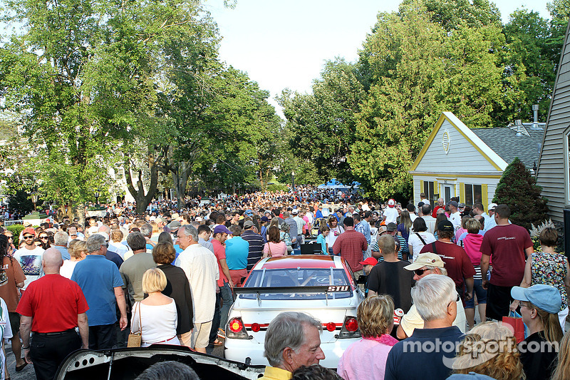 Le strade affollate di Elkhart Lake durante il Concours