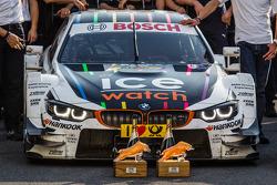 De winnende BMW Team RMG BMW M4 DTM van Marco Wittmann en zijn trofeeeen