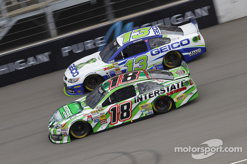 Casey Mears, Germain Racing Ford ve Kyle Busch, Joe Gibbs Racing Toyota