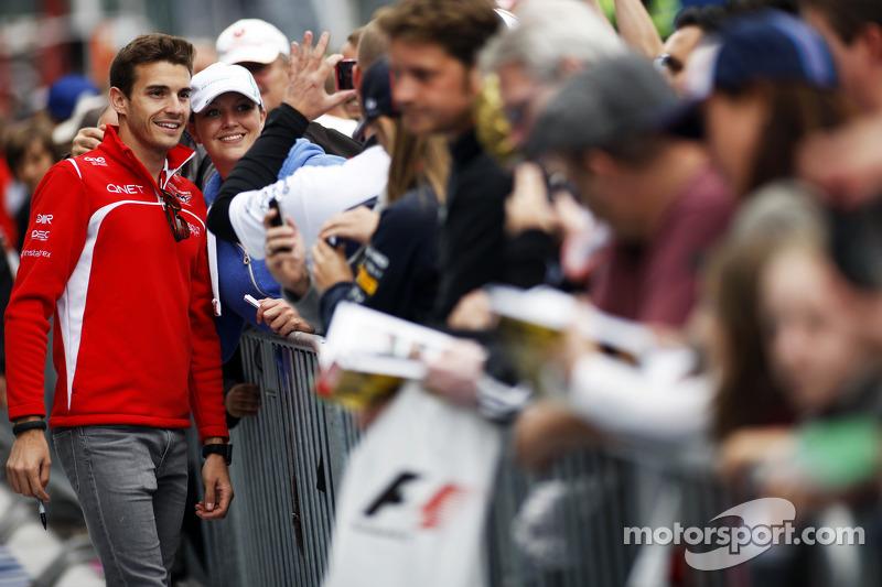 玛鲁西亚F1车队的朱尔斯·比安奇为车迷签名