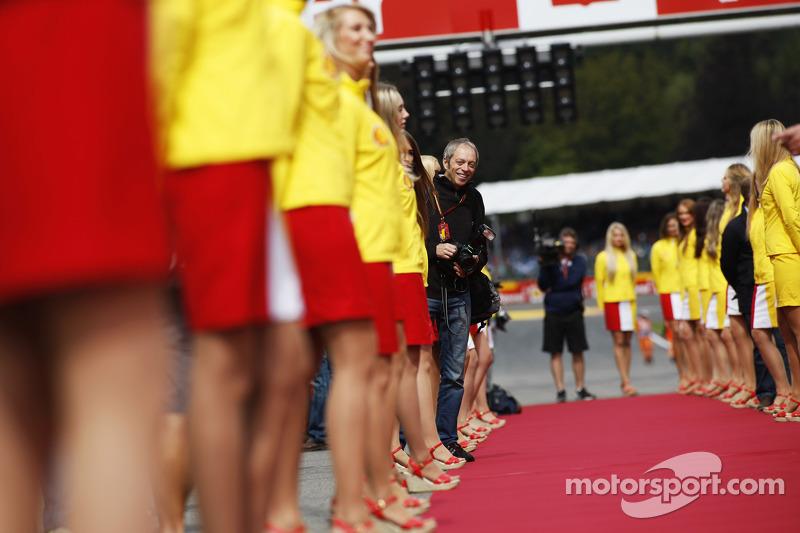 Grid kızları pilot geçiş töreninde ve Mark Thompson, Getty Images Fotoğrafçısı