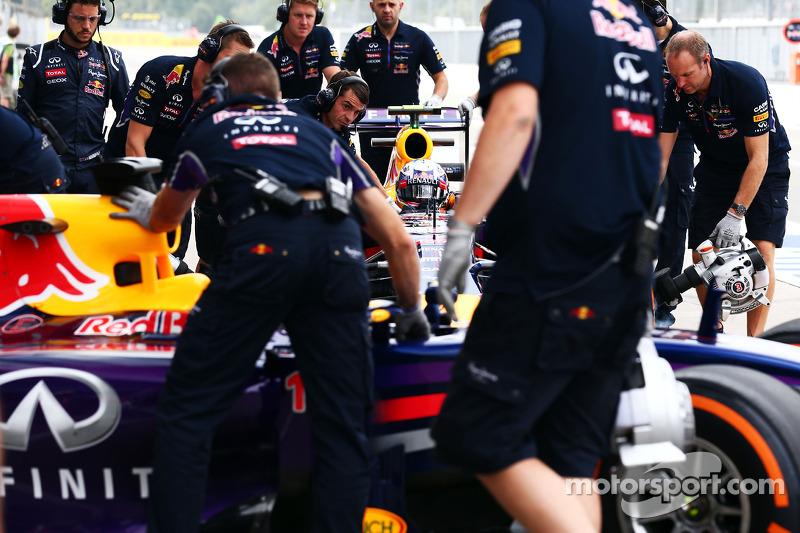Sebastian Vettel, Red Bull Racing RB10 y Daniel Ricciardo, Red Bull Racing RB10 en pits