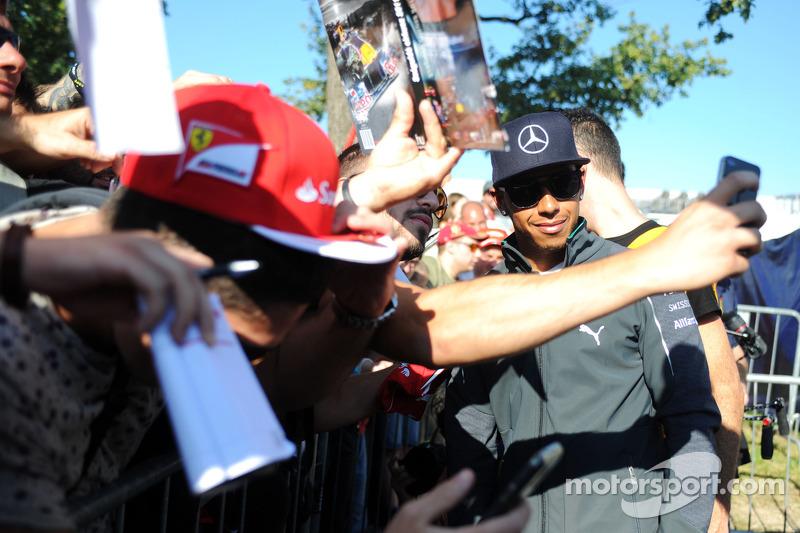 Lewis Hamilton, Mercedes AMG F1 firma autógrafos para los aficionados