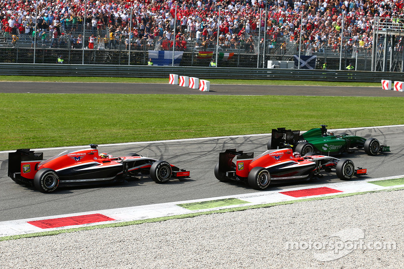 Kamui Kobayashi, Caterham CT05 lidera a Max Chilton, Marussia F1 Team MR03 y Jules Bianchi, Marussia F1 Team MR03 en la parrilla