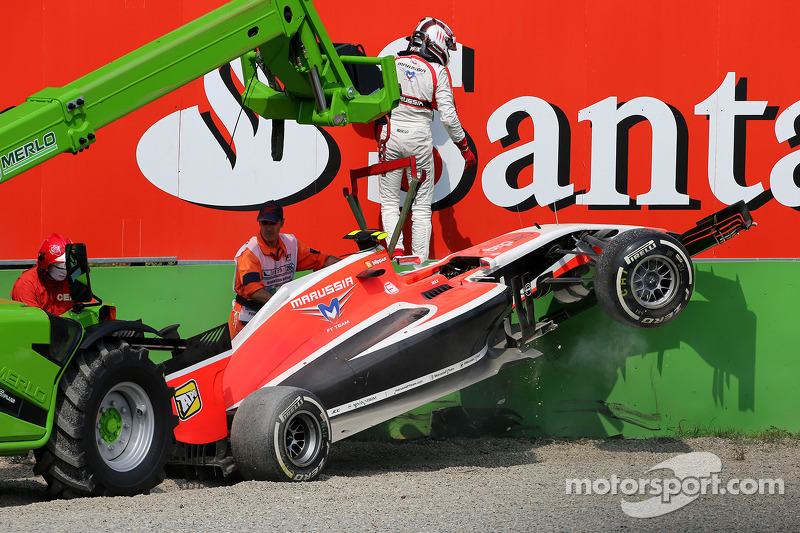 Crash: Max Chilton, Marussia F1 Team MR03
