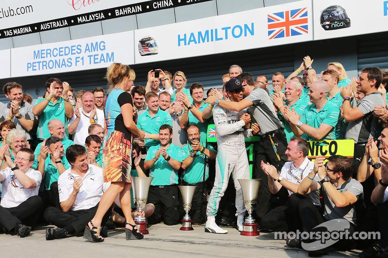 Ganador de la carrera Lewis Hamilton, de Mercedes AMG F1 celebra con su madrastra Linda Hamilton, y el equipo