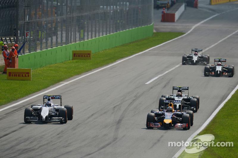 Valtteri Bottas, Williams FW36 y Daniel Ricciardo, batalla de Red Bull Racing RB10 para la posición