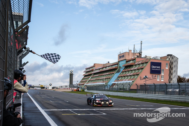 #1 Belgian Audi Club Team WRT Audi R8 LMS Ultra: Cesar Ramos, Laurens Vanthoor, Christopher Mies recebe a bandeirada para a vitória