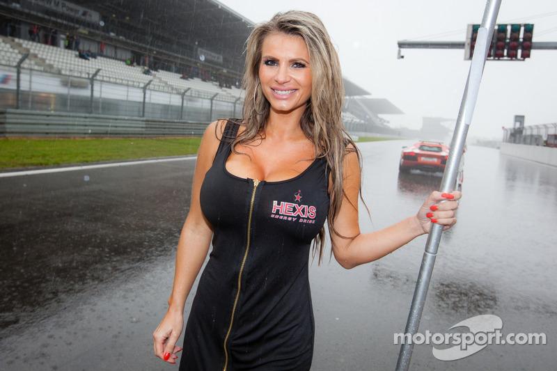 bes-n-rburgring-2014-a-very-wet-grid-girl.jpg