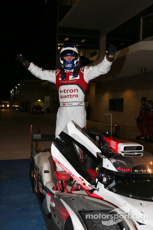 Vencedor da corrida Marcel Fässler celebra