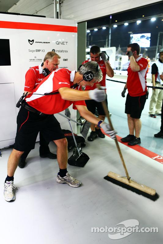Damon Hill, Sky Sports Sunucusu ve Johnny Herbert, Sky Sports F1 Sunucusu ve Marussia F1 Takımı mekanikerleri