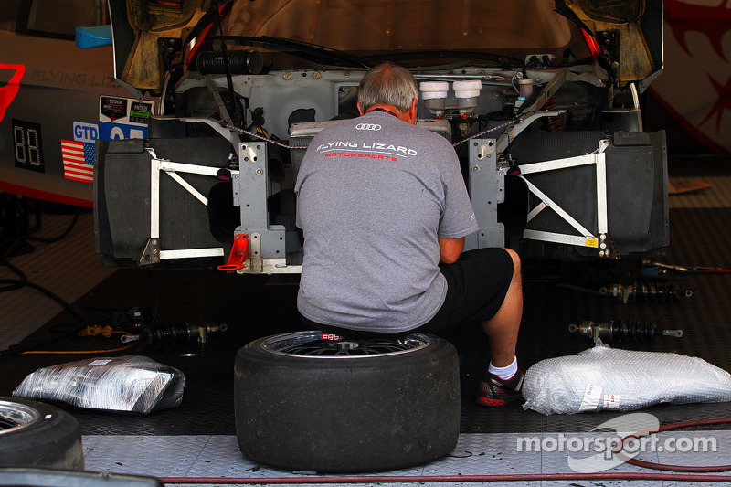 Flying Lizard Motorsports Ekip üyesi çalışıyor