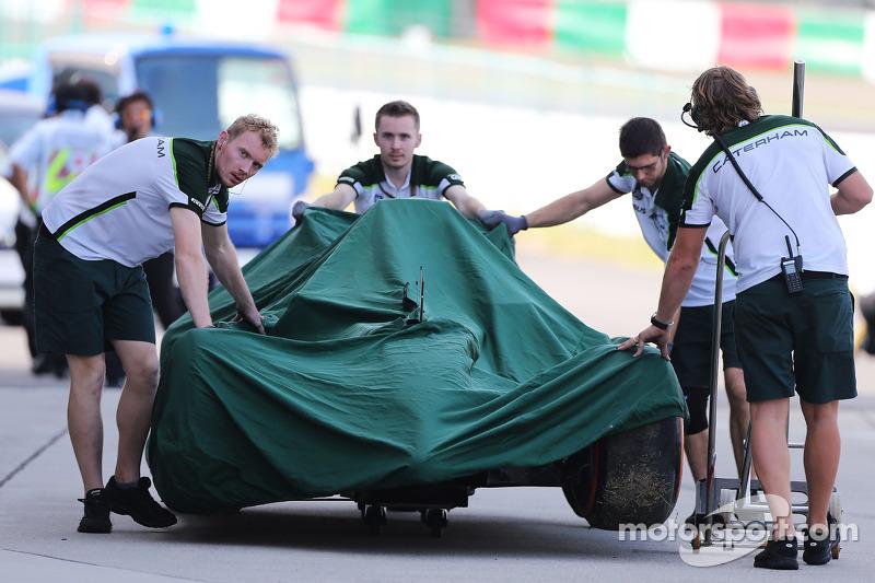 La Caterham CT05 di Kamui Kobayashi, Caterham  torna ai box dopo l'incidente nella seconda sessione di prove