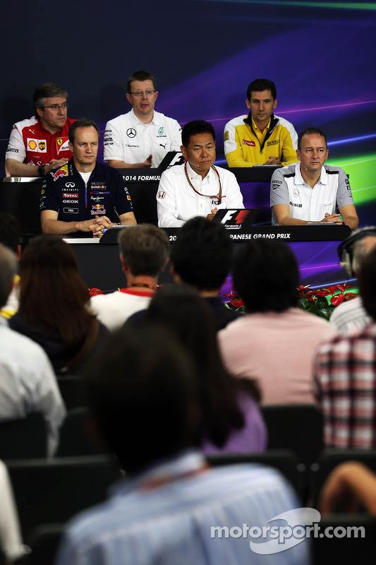 (Esquerda para direita): Pat Fry,  vice-diretor técnico e chefe de engenharia de corridas da Ferrari; Andy Cowell, diretor de alta performance de motores da Mercedes-Benz r; Remi Taffin, chefe de operações de pista da Renault Sport F1; Paul Monaghan, chef