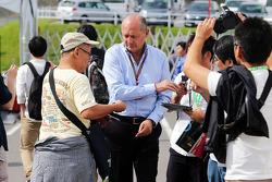 Ron Dennis, Presidente Ejecutivo de McLaren firma autógrafos para los fans