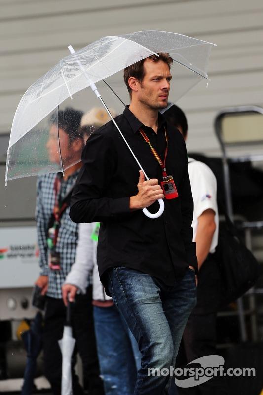 Alexander Wurz, mentor de pilotos da Williams em um paddock molhado e chuvoso