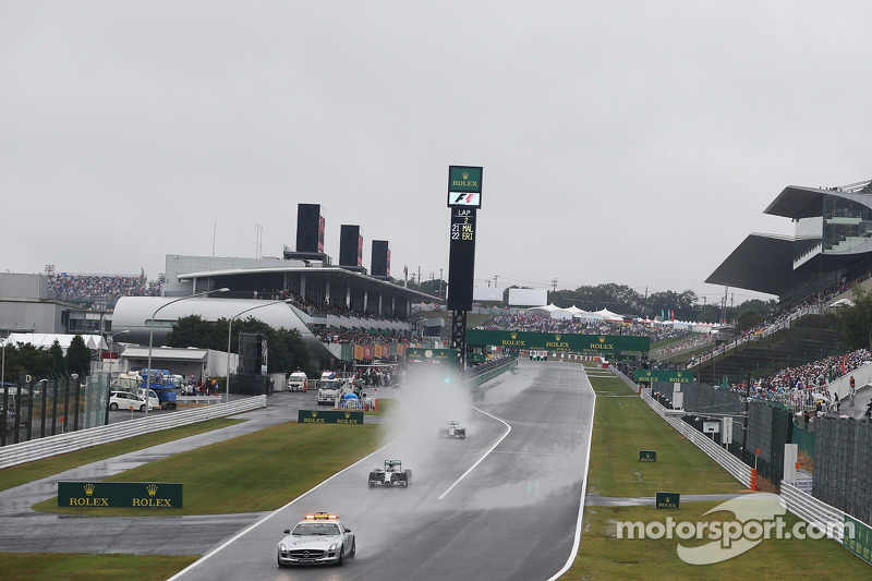 La Safety Car FIA riavvia la gara fuori dai box con Nico Rosberg, Mercedes AMG F1 W05 al comando