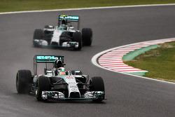 Lewis Hamilton, Mercedes AMG F1 W05 di depan rekan setim Nico Rosberg, Mercedes AMG F1 W05