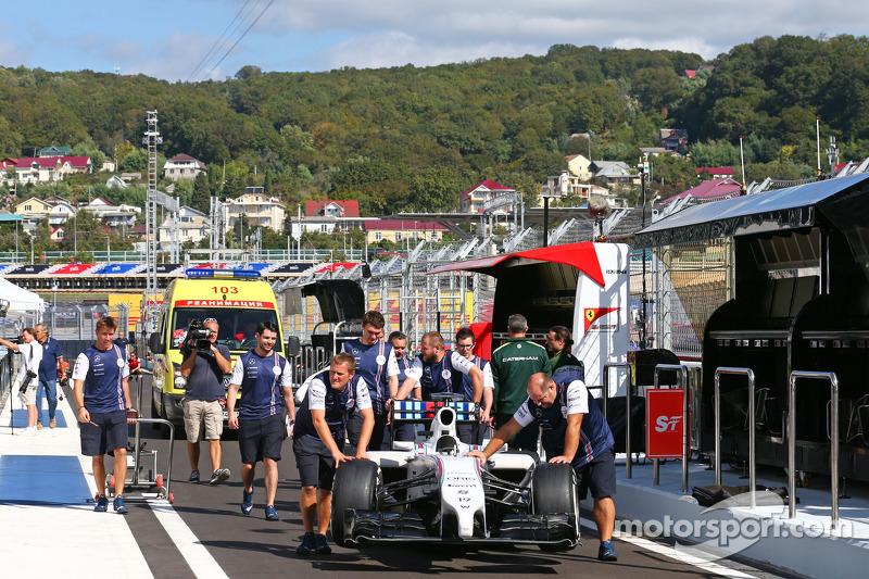 La Williams FW36 viene spinta lungo la corsia dei box