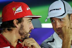 (Da sinistra a destra): Fernando Alonso, Ferrari e Jenson Button, McLaren alla conferenza stampa FIA
