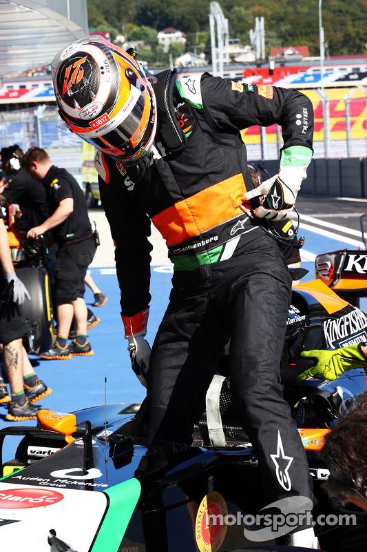 Nico Hulkenberg, Sahara Force India F1 VJM07, carrega uma mensagem de apoio para Jules Bianchi