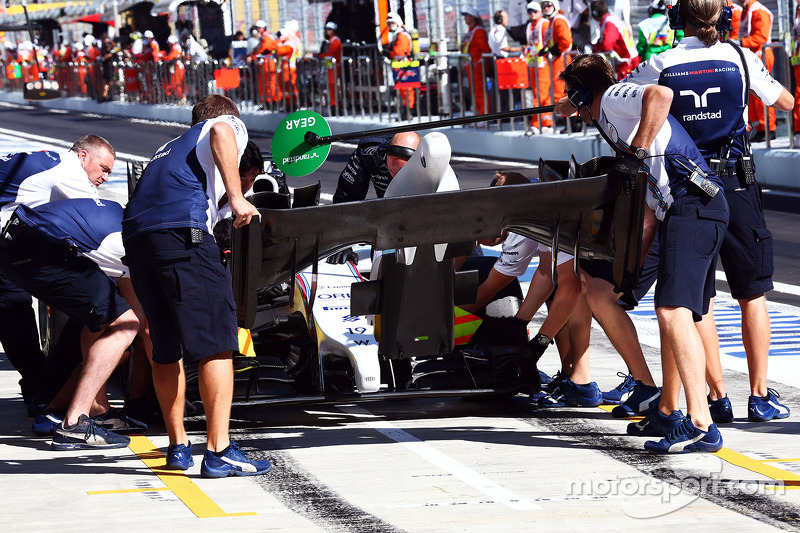 Felipe Massa, Williams FW36 changes his front wing