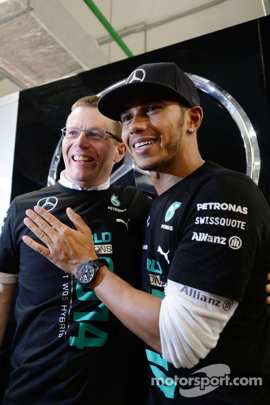Lewis Hamilton fête le titre mondial avec l'équipe