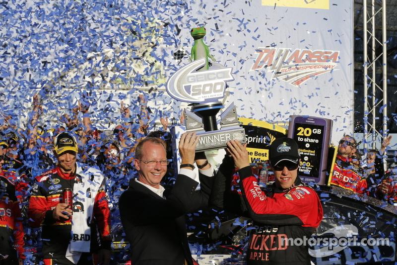 Ganador de la Carrera Brad Keselowski celebra