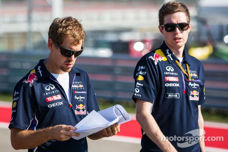 (De izquierda a derecha): Sebastian Vettel, de Red Bull Racing con Michael Manning, ingeniero de Red Bull Racing de Vías de control