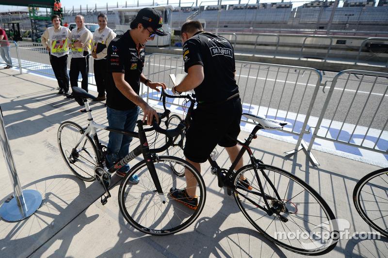 Sergio Perez, Sahara Force India F1, e Gianpiero Lambiase, ingegnere Sahara Force India F1, si preparano per andare in pista