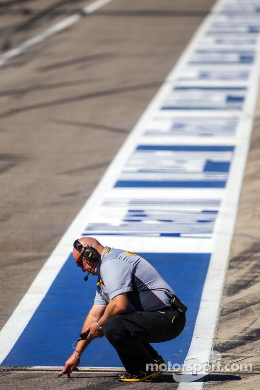 Técnico da Pirelli faz uma leitura da temperatura da pista
