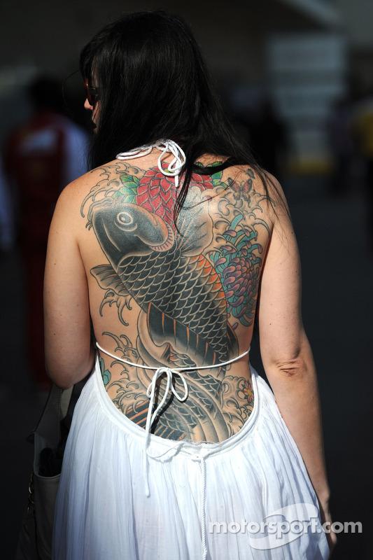 Mujer con tatuaje en su espalda