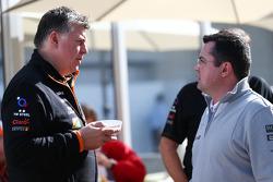 (Soldan Sağa): Otmar Szafnauer, Sahara Force India F1 Şef Operasyon Görevlisi ve Eric Boullier, McLaren Yarış Direktörü
